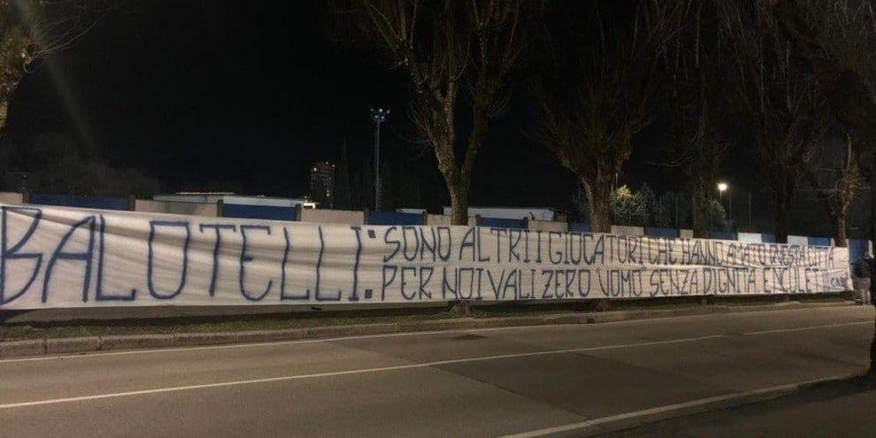 Brescia, striscione contro Balotelli
