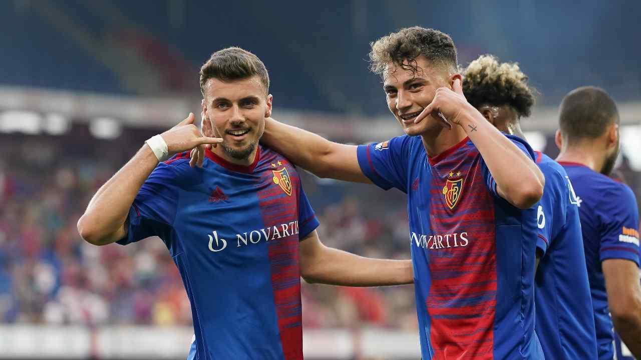 UEFA Conference League: Sebastiano Esposito e Darian Males festeggiano il primo gol del Basilea contro l'Ujpest (foto di Christian Kaspar-Bartke/Getty Images).