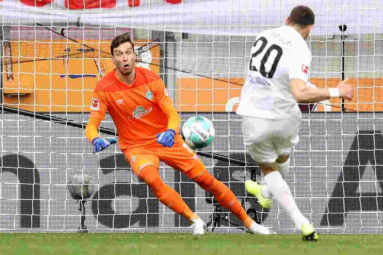 Il portiere Jiri Pavlenka del Werder Brema in azione contro l'Augsburg. Foto ©Getty Images.